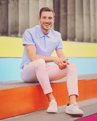 Look de moda: Camisa polo violeta claro, Pantalón chino rosado, Tenis en beige