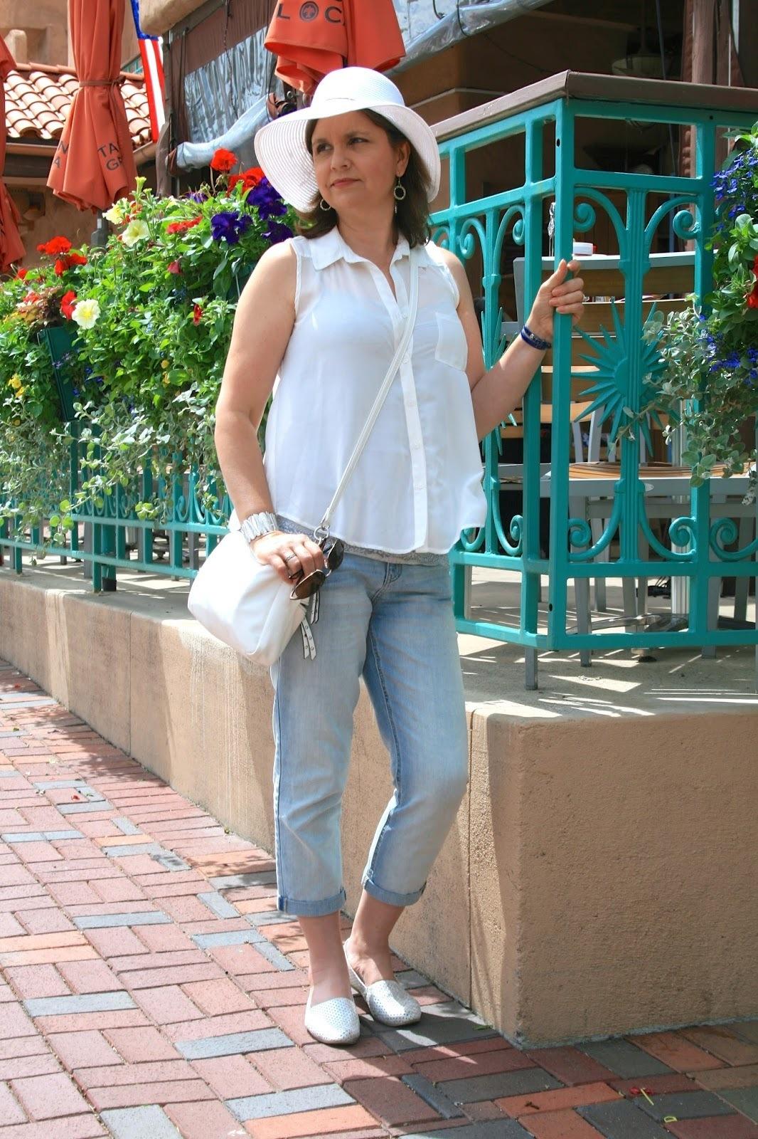Look de moda Camisa sin Mangas Blanca, Vaqueros Boyfriend Celestes, Alpargatas Blancas,