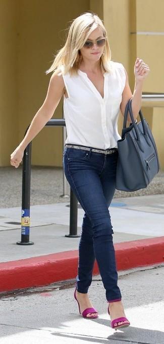 Cómo combinar: camisa sin mangas blanca, vaqueros pitillo azul marino, sandalias de tacón de cuero morado, bolsa tote de cuero azul marino