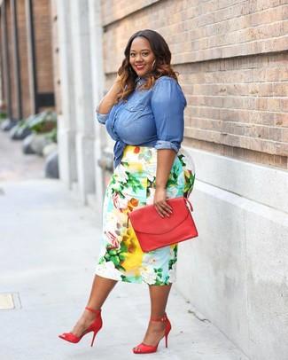 Cómo combinar: camisa vaquera azul, falda lápiz con print de flores en multicolor, sandalias de tacón de cuero rojas, cartera sobre de cuero roja