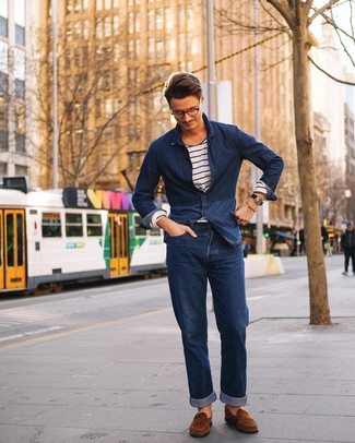 Cómo combinar: camisa vaquera azul marino, camiseta de manga larga de rayas horizontales en blanco y azul marino, vaqueros azul marino, mocasín de ante marrón