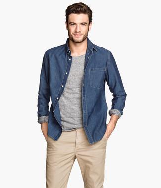 Cómo combinar: camisa vaquera azul marino, camiseta de manga larga gris, pantalón chino en beige
