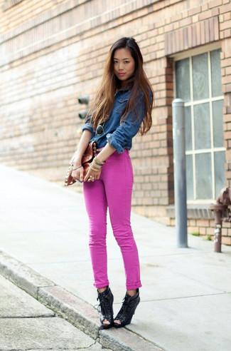 Cómo combinar una camisa vaquera azul marino: Ponte una camisa vaquera azul marino y unos vaqueros pitillo rosa para cualquier sorpresa que haya en el día. Con el calzado, sé más clásico y opta por un par de botines con cordones de cuero con recorte negros.