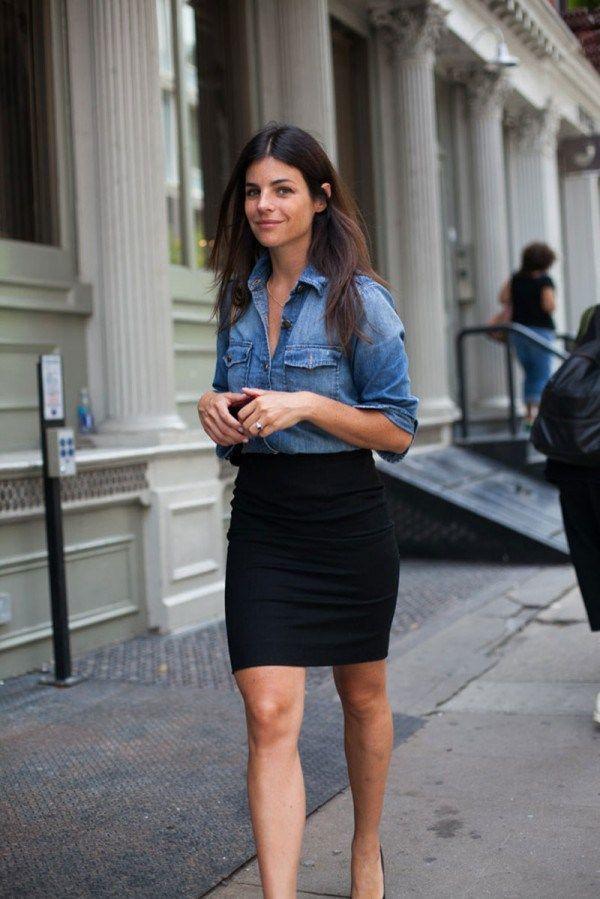 intenta combinar una camisa vaquera azul junto a una minifalda negra para un look diario sin