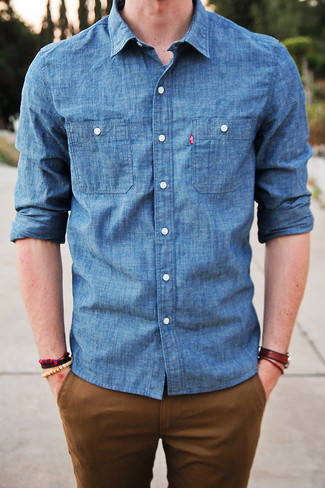 Para un atuendo que esté lleno de caracter y personalidad elige una camisa vaquera azul y unos pantalones.
