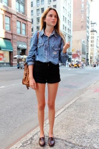 Cómo combinar: camisa vaquera azul, pantalones cortos vaqueros negros, mocasín de cuero en marrón oscuro, mochila con cordón de cuero marrón claro