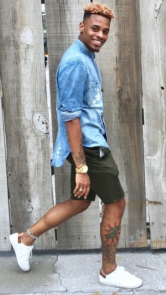 Cómo combinar: camisa vaquera azul, pantalones cortos verde oscuro, tenis de cuero blancos, reloj dorado