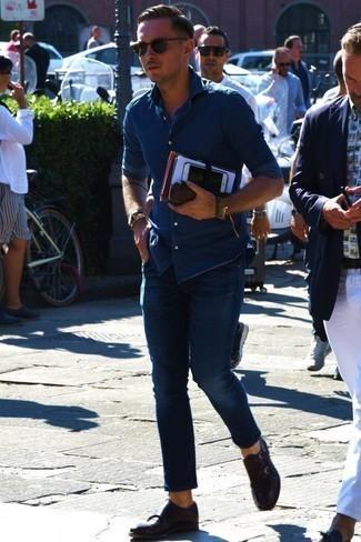 Cómo combinar unos vaqueros en verano 2020: Usa una camisa vaquera azul y unos vaqueros para una apariencia fácil de vestir para todos los días. ¿Te sientes ingenioso? Dale el toque final a tu atuendo con zapatos con doble hebilla de cuero en marrón oscuro. Este look es una elección excelente si tu en busca de un look apropriado para los días de verano.