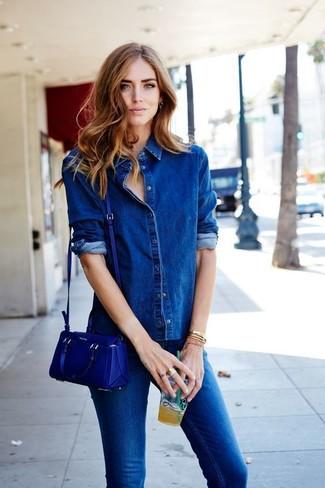 Cómo combinar: camisa vaquera azul, vaqueros pitillo azules, bolso bandolera de cuero azul