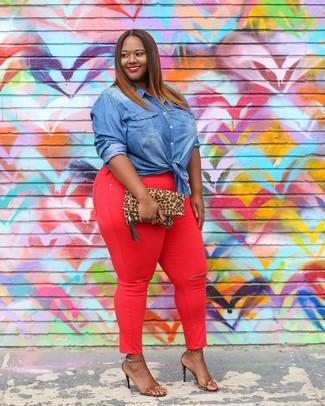 Cómo combinar: camisa vaquera azul, vaqueros pitillo rojos, sandalias de tacón de cuero de leopardo marrón claro, cartera sobre de ante de leopardo marrón claro