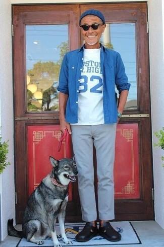 Cómo combinar: camisa vaquera azul, camiseta con cuello circular estampada en blanco y azul, pantalón chino gris, sandalias de cuero negras