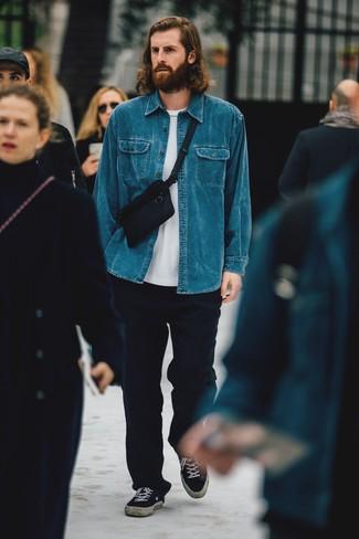 Cómo combinar unos tenis de lona negros: Considera emparejar una camisa vaquera azul con un pantalón chino de lana azul marino para una vestimenta cómoda que queda muy bien junta. Tenis de lona negros son una opción buena para complementar tu atuendo.