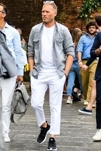 Una camisa vaquera de vestir con un pantalón chino blanco