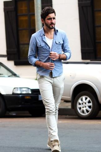 Cómo combinar: camisa vaquera celeste, camiseta con cuello circular blanca, pantalón chino en beige, botas safari de cuero en beige