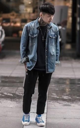 Cómo combinar una camiseta con cuello circular negra: Elige una camiseta con cuello circular negra y un pantalón de chándal negro para un look agradable de fin de semana. Con el calzado, sé más clásico y haz tenis de lona azules tu calzado.