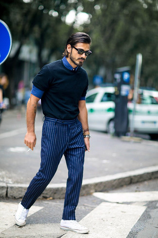 Como Combinar Unos Tenis Blancos Con Unos Pantalones En Azul Marino Y Blanco Para Hombres De 30 Anos En Verano 2021 Estilo Casual Elegante 46 Outfits Lookastic Espana