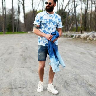 Cómo combinar: camisa vaquera azul, camiseta con cuello circular efecto teñido anudado azul, pantalones cortos vaqueros azul marino, zapatillas altas de lona blancas