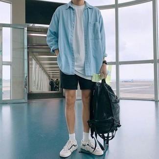 Outfits hombres: Opta por una camisa vaquera celeste y unos pantalones cortos negros para un almuerzo en domingo con amigos. Tenis en blanco y azul marino son una opción excelente para completar este atuendo.