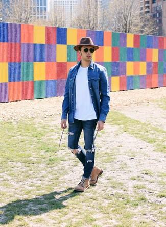 Cómo combinar: camisa vaquera azul, camiseta con cuello circular blanca, vaqueros desgastados azul marino, botas casual de cuero marrón claro