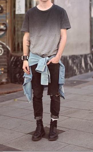 Cómo combinar: camisa vaquera celeste, camiseta con cuello circular ombre gris, vaqueros desgastados negros, botas casual de cuero negras