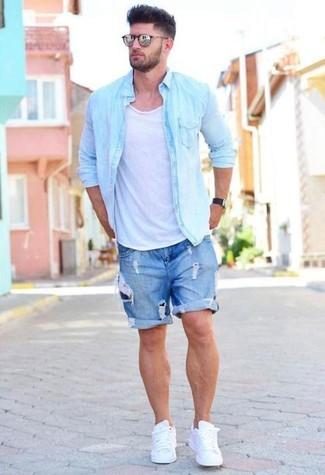 Cómo combinar: camisa vaquera celeste, camiseta sin mangas blanca, pantalones cortos vaqueros desgastados azules, tenis de cuero blancos