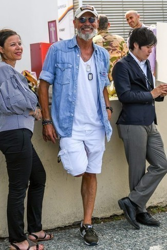 Outfits hombres: Para un atuendo que esté lleno de caracter y personalidad elige una camisa vaquera celeste y unos pantalones cortos blancos. Si no quieres vestir totalmente formal, haz deportivas verde oscuro tu calzado.