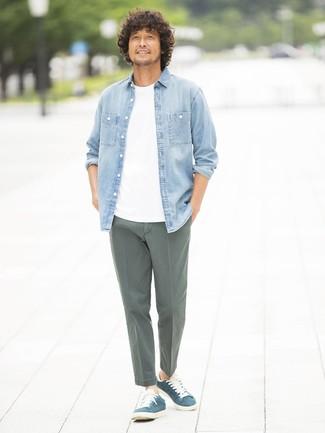 Cómo combinar: camisa vaquera celeste, camiseta con cuello circular blanca, pantalón chino verde oliva, tenis de ante azul marino