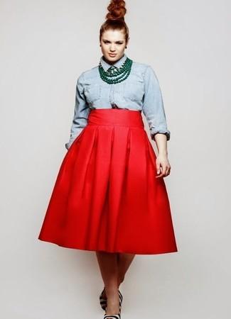 Cómo combinar: camisa vaquera celeste, falda campana roja, zapatos de tacón de pelo de becerro de rayas horizontales en blanco y negro, collar verde