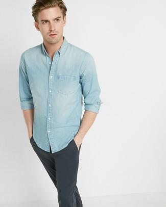 Cómo combinar: camisa vaquera celeste, pantalón chino en gris oscuro
