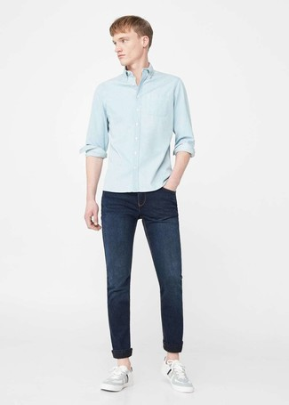 Cómo combinar: camisa vaquera celeste, vaqueros azul marino, tenis grises
