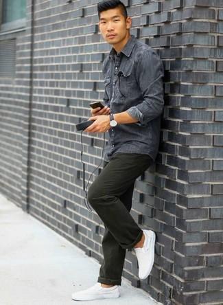 Cómo combinar unas zapatillas slip-on de lona blancas: Considera emparejar una camisa vaquera en gris oscuro junto a un pantalón chino verde oscuro para una vestimenta cómoda que queda muy bien junta. Zapatillas slip-on de lona blancas son una opción grandiosa para completar este atuendo.