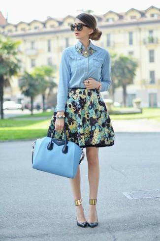 Una falda campana de vestir con una bolsa tote de cuero celeste (3 ... 2eb4638adce95