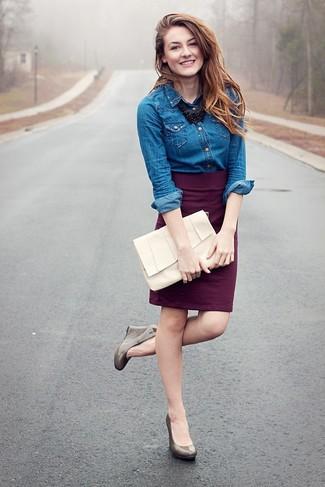 Cómo combinar: camisa vaquera azul, falda lápiz morado oscuro, zapatos con cuña de cuero grises, cartera sobre de cuero blanca