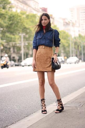 Cómo combinar una camisa vaquera azul marino: Para un atuendo que esté lleno de caracter y personalidad opta por una camisa vaquera azul marino y una minifalda de ante marrón claro. ¿Quieres elegir un zapato informal? Opta por un par de sandalias romanas de ante negras para el día.