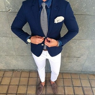 Cómo combinar: camisa vaquera azul, pantalón chino blanco, mocasín con borlas de ante marrón, corbata de punto gris