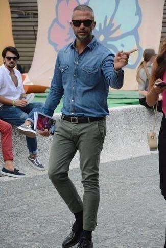 Cómo combinar una camisa vaquera azul: Para un atuendo que esté lleno de caracter y personalidad equípate una camisa vaquera azul con un pantalón chino verde oliva. ¿Te sientes valiente? Opta por un par de zapatos derby de cuero negros.