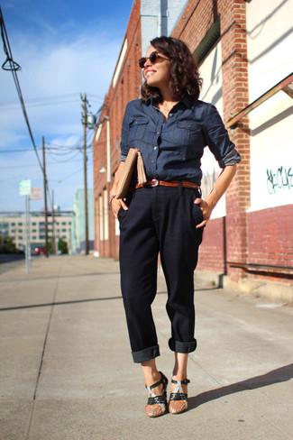 Cómo combinar una camisa vaquera azul marino: Considera ponerse una camisa vaquera azul marino y un pantalón de pinzas negro para crear una apariencia elegante y glamurosa. Sandalias de tacón de cuero negras son una opción inigualable para completar este atuendo.