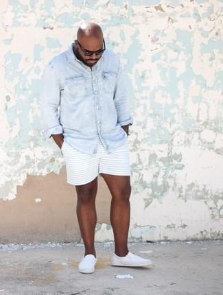 Cómo combinar una camisa vaquera celeste en verano 2020: Utiliza una camisa vaquera celeste y unos pantalones cortos de rayas horizontales celestes para una vestimenta cómoda que queda muy bien junta. Zapatillas slip-on de lona blancas son una opción atractiva para complementar tu atuendo. Es un atuendo totalmente apto en verano.