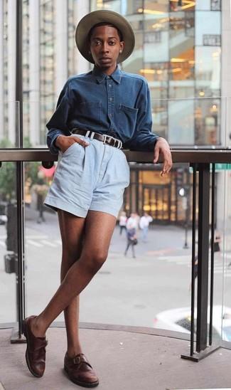 Este combo de una camisa vaquera azul marino y un sombrero de paja marrón claro te permitirá mantener un estilo cuando no estés trabajando limpio y simple. Zapatos con hebilla de cuero en marrón oscuro añaden la elegancia necesaria ya que, de otra forma, es un look simple.