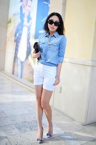 Cómo combinar: camisa vaquera celeste, pantalones cortos blancos, zapatos de tacón de cuero en beige, cartera sobre de cuero negra