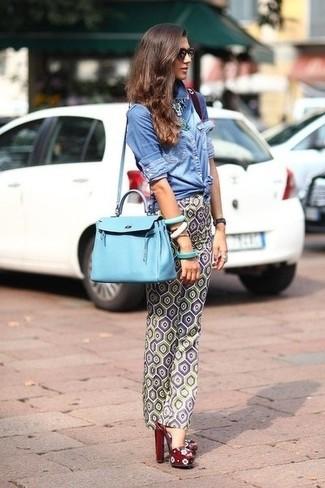 Casa una camisa vaquera azul con unos pantalones pitillo con estampado geométrico grises para cualquier sorpresa que haya en el día. Completa el look con sandalias de tacón de cuero burdeos.