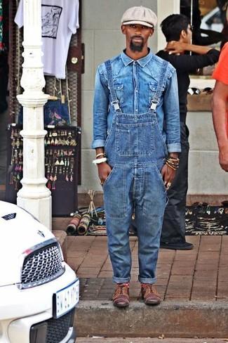 Cómo combinar: camisa vaquera azul, peto vaquero azul, zapatos oxford de cuero marrónes, gorra inglesa gris