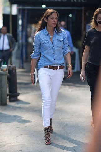 Cómo combinar: camisa vaquera celeste, vaqueros blancos, sandalias de tacón de cuero con print de serpiente grises, correa de cuero en marrón oscuro