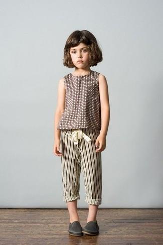 Cómo combinar: camiseta a lunares marrón, pantalón de chándal de rayas verticales en beige, zapatillas de cuero en gris oscuro