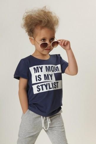 Cómo combinar: camiseta azul marino, pantalón de chándal gris, gafas de sol marrónes