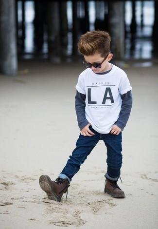 Cómo combinar: camiseta blanca, camiseta de manga larga azul marino, vaqueros azul marino, botas en marrón oscuro