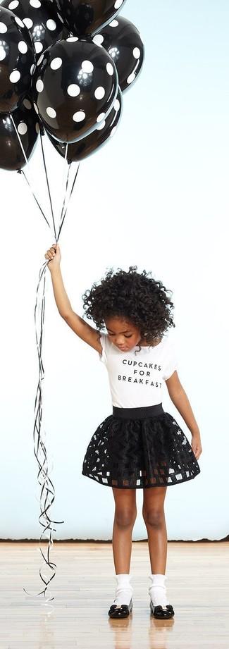 Cómo combinar: camiseta blanca, falda negra, bailarinas negras, calcetines blancos