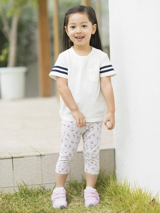Look de moda: Camiseta blanca, Leggings estampados grises, Zapatillas rosadas