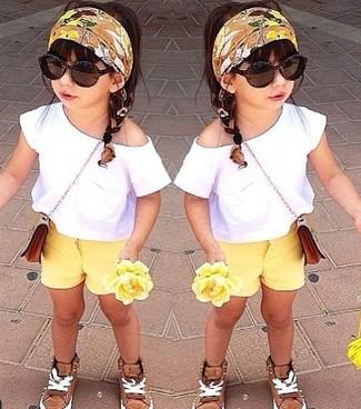 Cómo combinar: camiseta blanca, pantalones cortos amarillos, zapatillas marrón claro