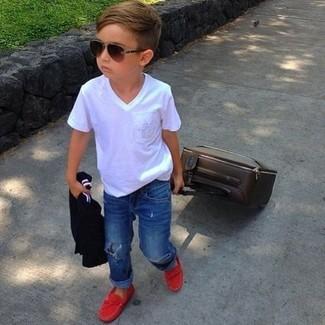 Cómo combinar: camiseta blanca, vaqueros azules, mocasín rojo